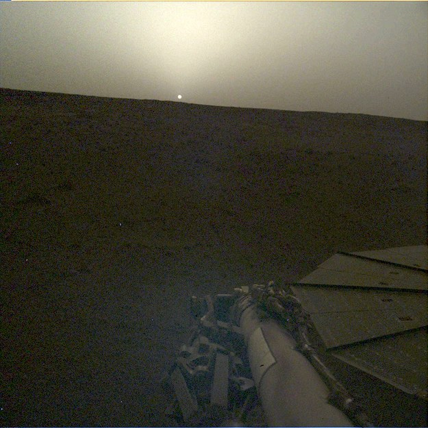Zachód Słońca w 101 dobie marsjańskiej pobytu sondy InSight na Czerwonej Planecie /NASA/JPL-Caltech /Materiały prasowe