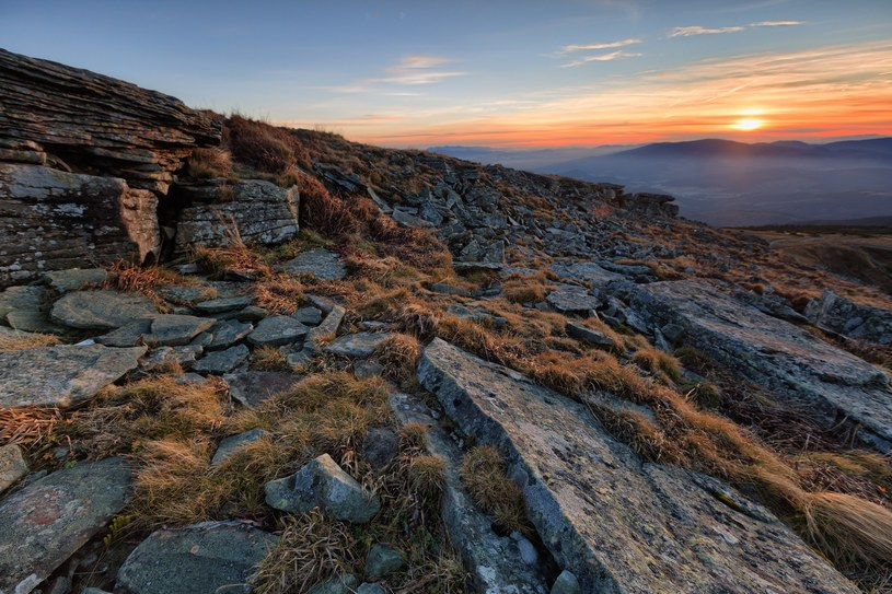 Zachód słońca w okolicach szczytu Babiej Góry /ADAM LAWNIK /East News