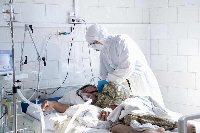 Zachorowań może nie ubywać, za to możliwy spadek liczby zgonów - wynika z prognozy ekspertów z Interdyscyplinarnego Centrum Modelowania, zdj. ilustracyjne /Musa Salgereyev /Agencja FORUM