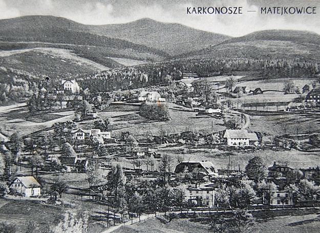 """Zachowane niemieckie widokówki wsi Hain ukazywały się po wojnie z odpowiednim polskim nadrukiem """"KARKONOSZE – MATEJKOWICE"""" /Odkrywca"""