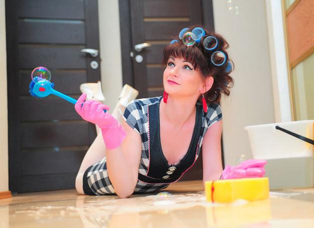 Zacieki na mytej często podłodze mogą być efektem nadmiernego używania np. środków natłuszczających /123RF/PICSEL