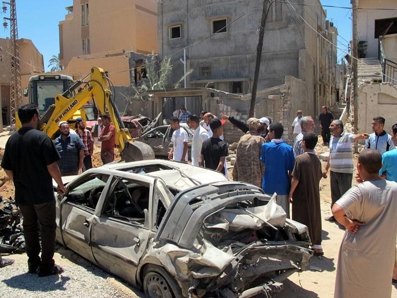 Zacięte starcia wokół lotniska w Trypolisie (zdjęcie archiwalne z bombardowania w czerwcu) /SABRI ELMHEDWI /PAP/EPA