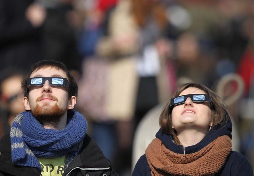 Zaćmienie można oglądać przez specjalne okulary; zdj. ilustracyjne /Stanisław Kowalczuk /East News