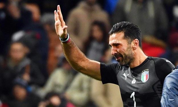 Zaczerwienione oczy legendarnego włoskiego golkipera Gianluigiego Buffona... /DANIEL DAL ZENNARO  /PAP/EPA