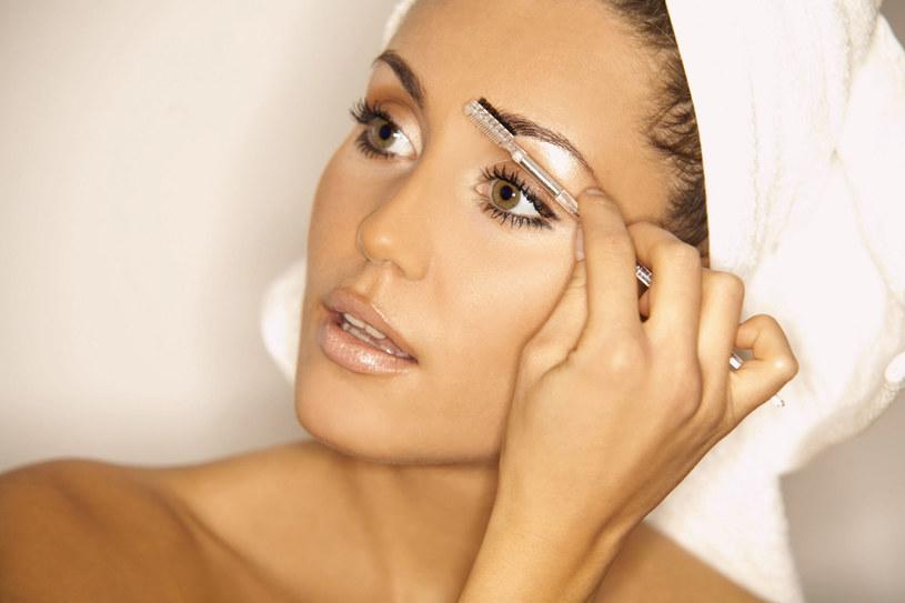 Zacznij od bazy. Wybierz preparat beztłuszczowy. Dobry kosmetyk wygładzi pory i napnie skórę /123RF/PICSEL