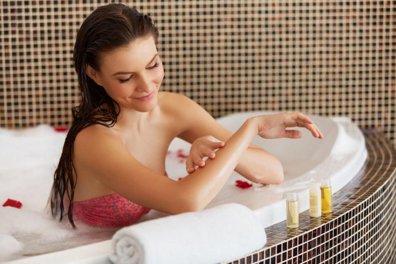 Zacznij od relaksującej, pachnącej kąpieli z dodatkiem olejków eterycznych, które delikatnie rozgrzeją twoje ciało i sprawią, że poczujesz się jak pośrodku rajskiej wyspy /123RF/PICSEL