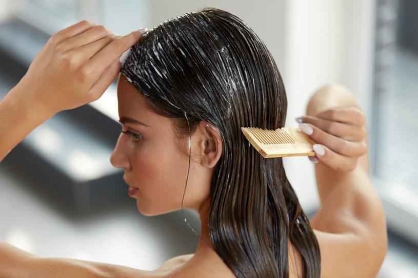 Zacznij rozczesywać włosy szerokim grzebieniem. Dopiero później użyj szczotki /123RF/PICSEL