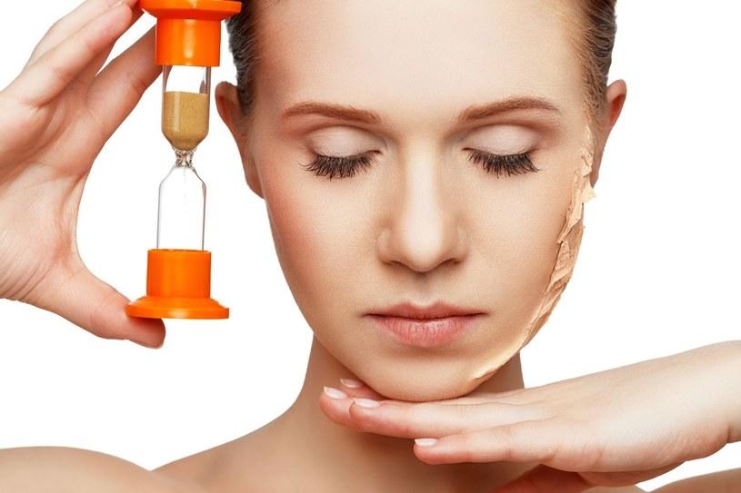 Zadaniem kwasu hialuronowego jest wiązanie wody w naskórku, dzięki czemu skóra nie traci wilgoci i wolniej się starzeje /123RF/PICSEL