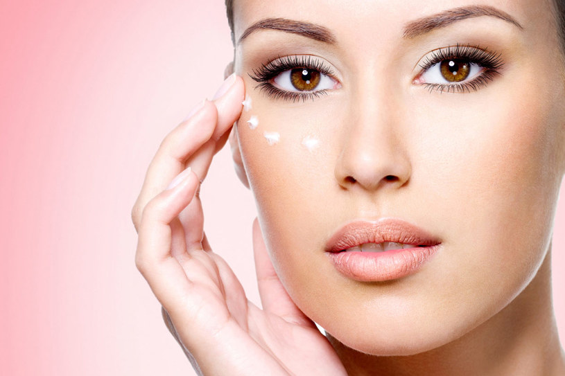 Zadbaj o delikatną skórę wokół oczu, jeśli nie chcesz jesienią zobaczyć nowych zmarszczek /123RF/PICSEL