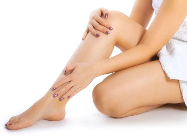 Zadbaj o nogi, by latem je odsłaniać /123RF/PICSEL