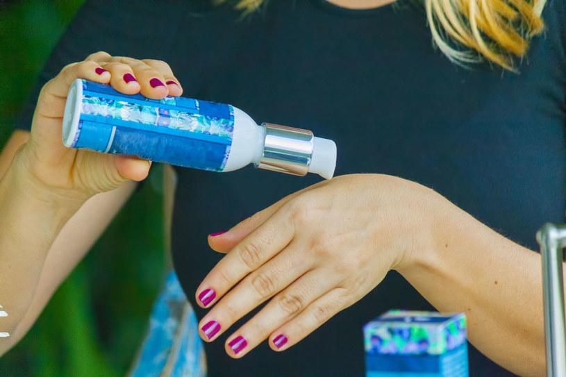 Zadbaj o skórę i posmaruj dłonie odżywczym kremem. /123RF/PICSEL