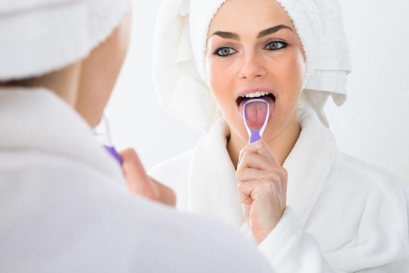 Zadbaj o staranną higienę jamy ustnej - również czyszczenie języka /123RF/PICSEL