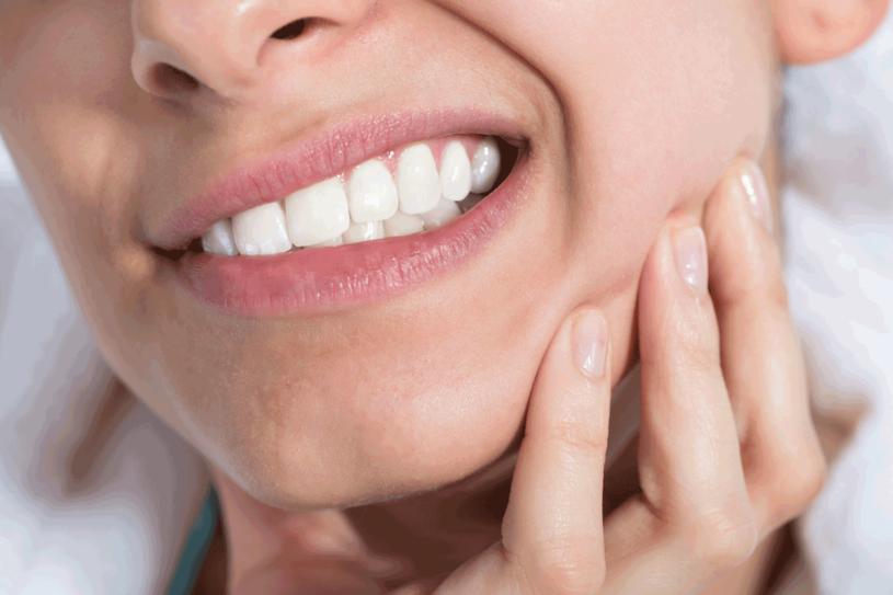 Zadbaj o zęby i dziąsła /123RF/PICSEL