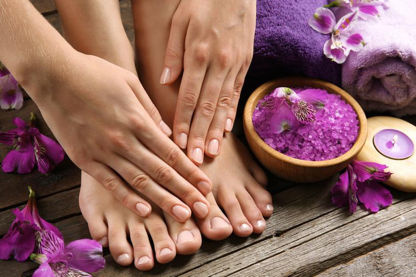 Zadbane, czyste paznokcie w kolorze zbliżonym do naturalnego też mogą się pięknie prezentować /123RF/PICSEL