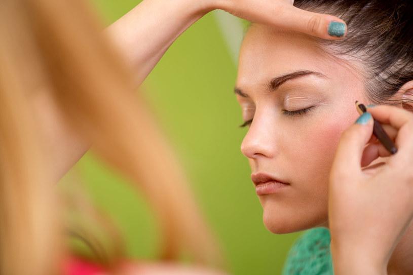 Zadbane i odpowiednio podkreślone brwi wyostrzają rysy i uwydatniają piękno kobiecej twarzy. Cieniutkie kreseczki nad oczami odchodzą w niepamięć /123RF/PICSEL