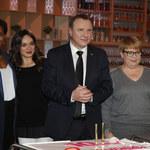 """Zadowolony Jacek Kurski pozuje z aktorami """"Barw szczęścia""""!"""