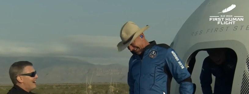 Zadowolony Jeff Bezos opuszcza kapsułę po udanym locie i lądowaniu /materiały prasowe
