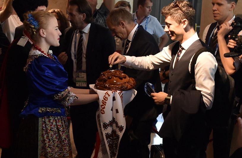 Zadowolony Robert Lewandowski poczęstował się chlebem /Bartek Syta /East News