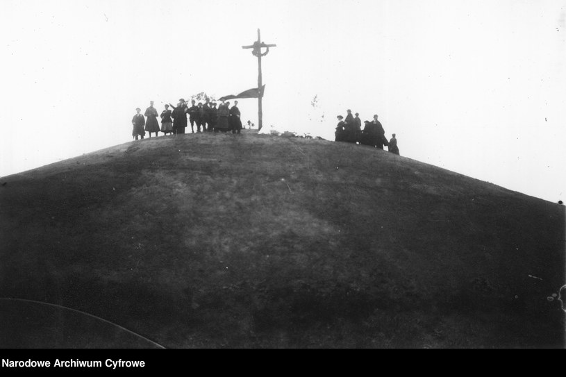 Zadwórze - grupa osób na szczycie Kurhanu Zadwórzańskiego /Z archiwum Narodowego Archiwum Cyfrowego