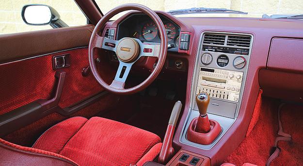 Zadziwiające: wsiąść do ponad 30-letniego samochodu i zdać sobie sprawę, że tu nie brakuje niczego z potrzebnego wyposażenia i wszystko rozmieszczono niemal idealnie. /Motor