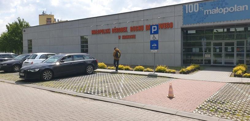 Zagadka - kto może parkować na tak oznakowanym miejscu? /INTERIA.PL