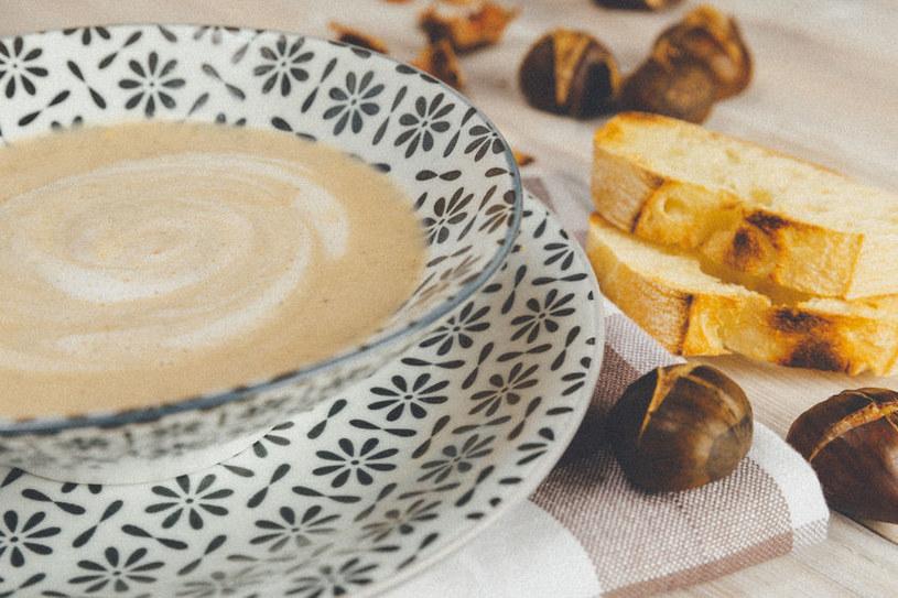 Zagęszczaj mąką zupy /©123RF/PICSEL