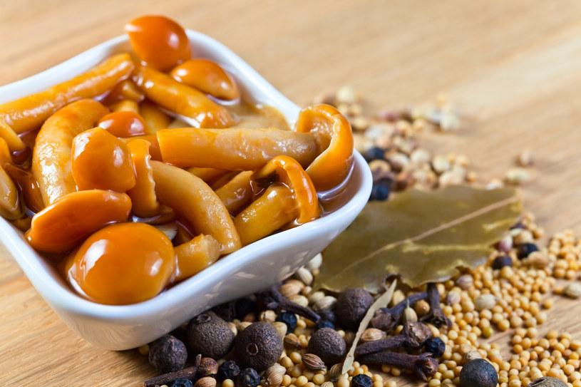 Zagotuj grzyby w garnku i wrzuć do słoików /123RF/PICSEL