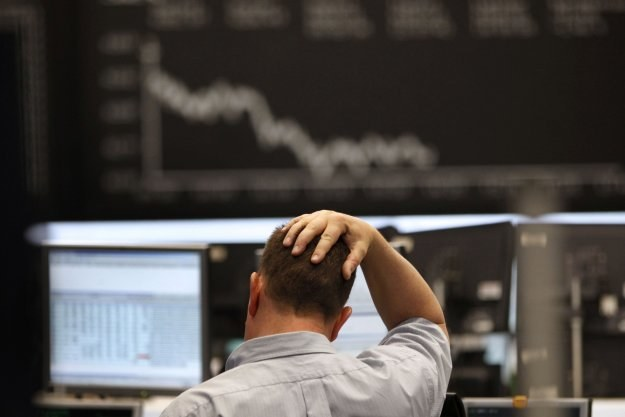 Zagraniczne waluty mocno drożeją a giełdowe indeksy lecą w dół /AFP