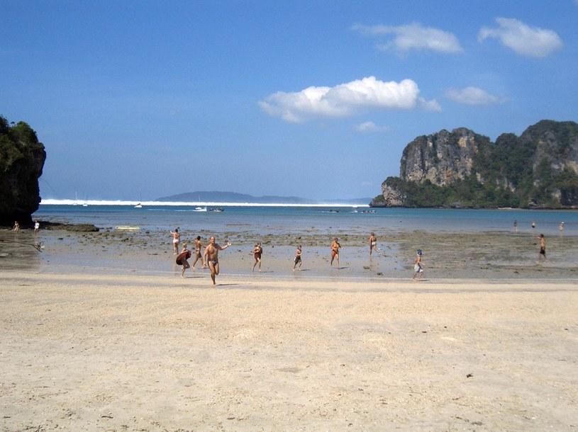 Zagraniczni turyści reagują ucieczką, gdy pierwsze z sześciu tsunami zaczyna się toczyć w kierunku plaży Hat Rai Lay, w pobliżu Krabi w południowej Tajlandii, 26 grudnia 2004 roku /AFP
