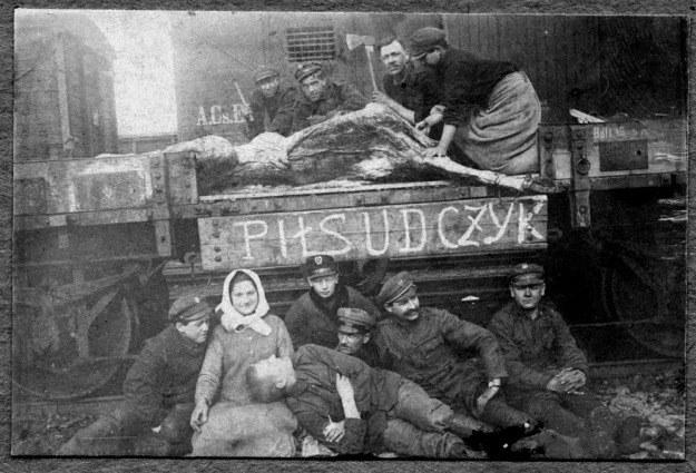Zajęcia gospodarcze przy P.P. 1 Piłsudczyk. Każdy pociąg pancerny musiał być jednostką w pełni samowystarczalną /Archiwum autora