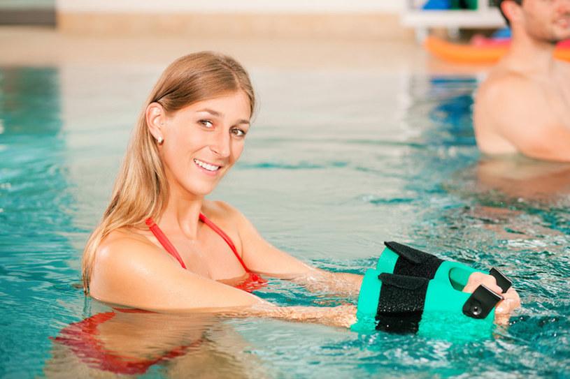 Zajęcia w wodzie, prowadzone przez specjalistę, angażują wszystkie partie mięśni. Mozna ćwiczyć również z piankowymi gadżetami, ciężarkami lub piłką /© Panthermedia