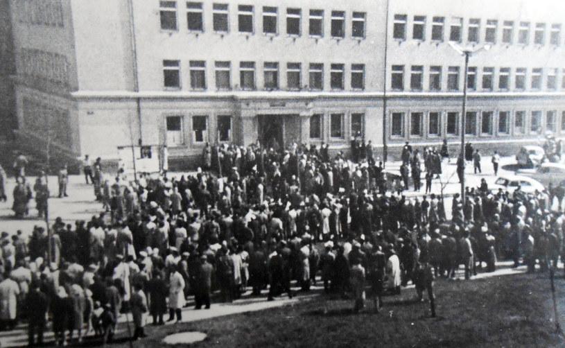 Zajścia przeniosły się pod budynek Dzielnicowej Rady Narodowej w Nowej Hucie. Fot. z archiwum IPN /Archiwum autora