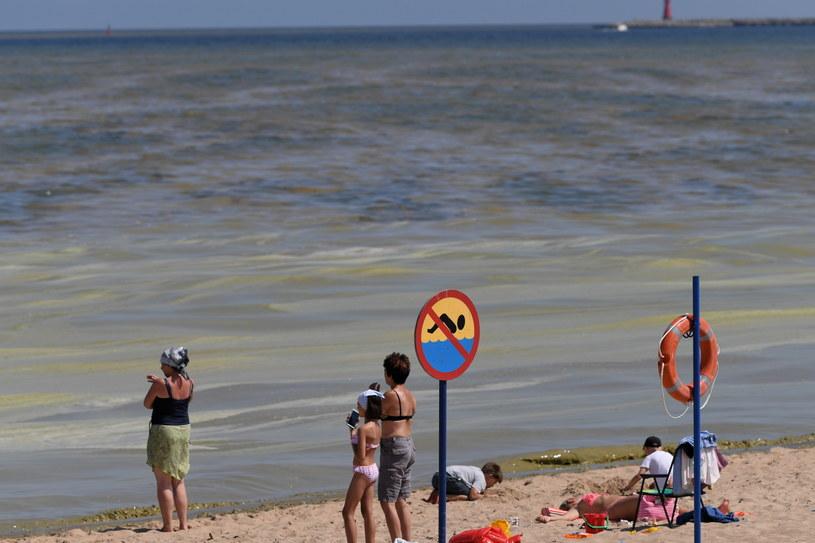 Zakaz kąpieli na plaży przy molo w Brzeźnie /Adam Warżawa /PAP