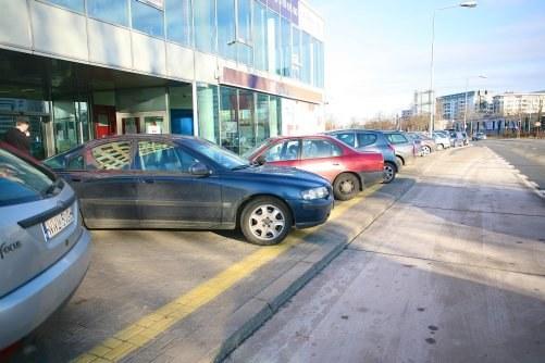 Zakaz parkowania tyłem na chodniku /Motor