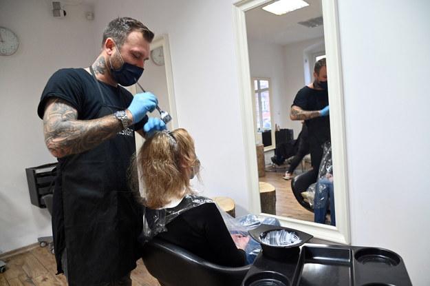 Zakład fryzjerski w Szczecinie otwarty po raz pierwszy po kilku tygodniach obostrzeń / Marcin Bielecki    /PAP