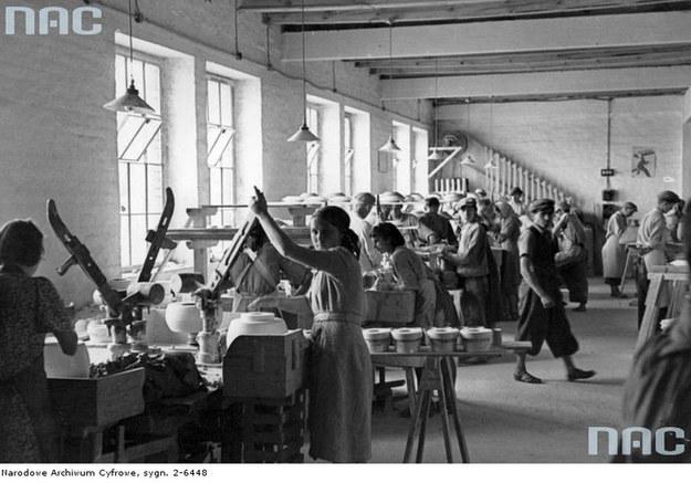 Zakład wyrobów z alabastru z okolic Stanisławowa. Lata 30. XX wieku /Z archiwum Narodowego Archiwum Cyfrowego