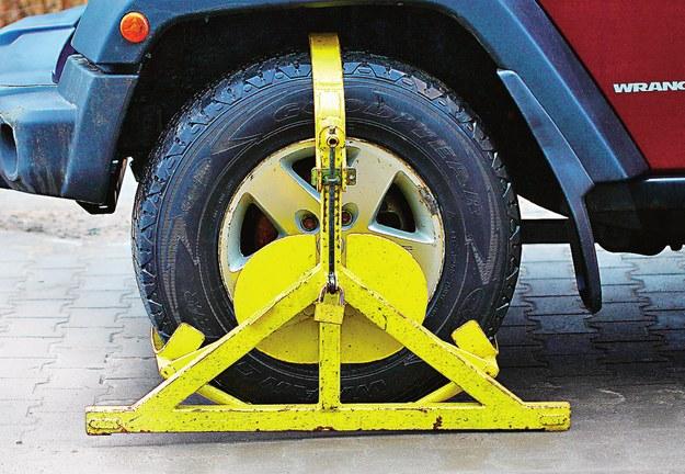 Zakładanie blokad na koła przez prywatne firmy jest zabronione. /Motor