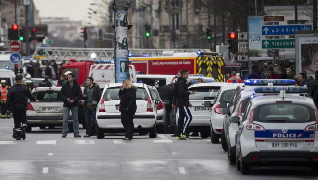 Zakładnicy są przetrzymywani w sklepie koszernym na wschodzie Paryża /IAN LANGSDON /PAP/EPA