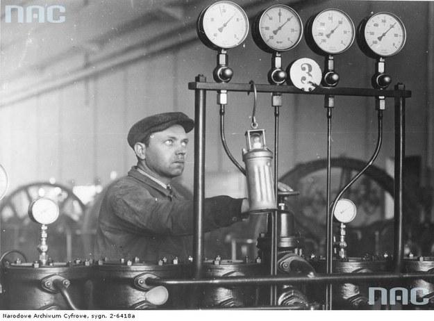 Zakłady Azotowe w Mościcach - robotnik reguluje kompresor syntezy amoniaku /Z archiwum Narodowego Archiwum Cyfrowego