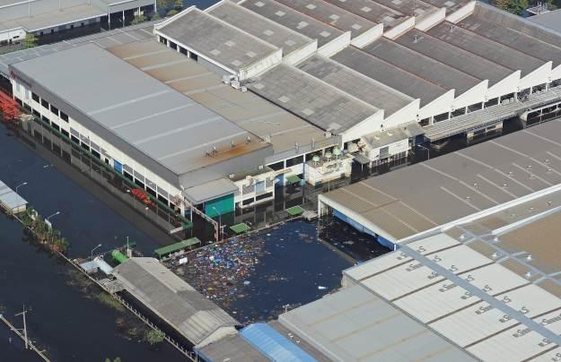 Zakłady Nikona w Tajlandii znalazły się pod wodą. Straty są ogromne /AFP