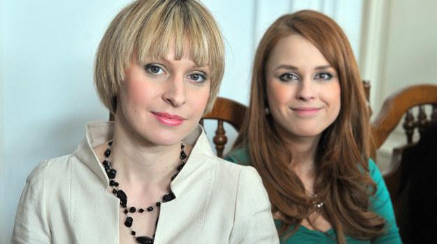 Zakochane serialowe siostry: Agnieszka (Paulina Holtz) i Ola (Kaja Paschalska) / fot. Kurnikowski /AKPA