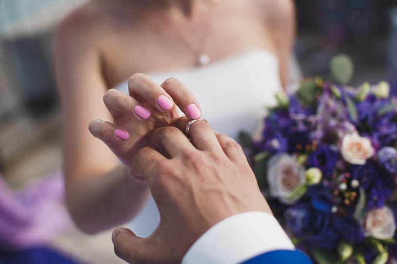 Zakochani często chcą, by data ślubu była wyjątkowa i kojarzyła się z wydarzeniem z przeszłości /123RF/PICSEL