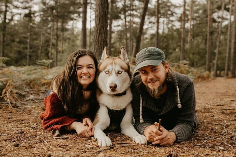 Zakochani korzystają z wolności jaką daje im życie w podróży /mediadrumworld.com / @livinginke/Media Drum/East News /East News