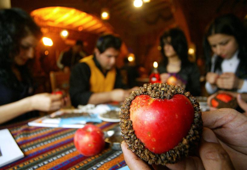 Zakochani przygotowują pachnące jabłka /AFP