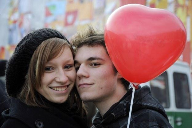 Zakochani są na celowniku cyberprzestępców /AFP