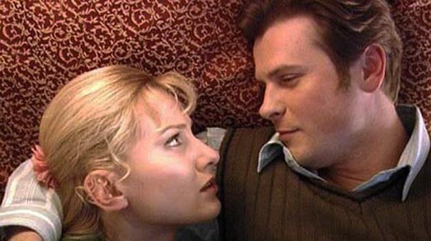 Zakochani - Zbyszek (Szymon Sędrowski) i Anna (Joanna Moro). /TVP