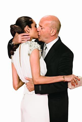 """Zakochany do szaleństwa. Luty tego roku, premiera """"Szklanej pułapki 4"""" w Berlinie. Tak publicznie całował swoją obecną żonę. /Bulls Press Sp.z o.o."""