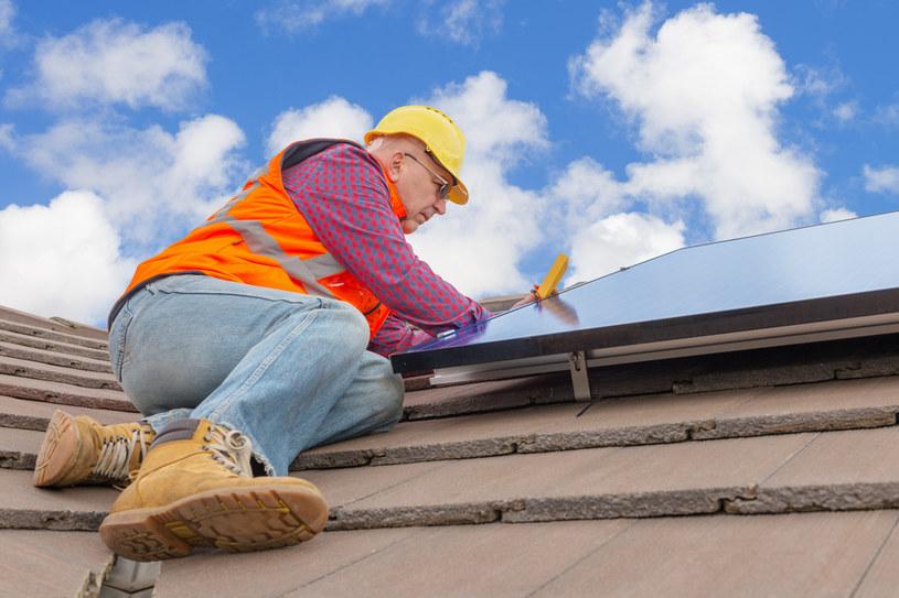 """Zakończenie dotacji z """"Mojego prądu"""" wycięłoby z rynku co najmniej połowę instalatorów paneli, zniknęłyby tysiące miejsc pracy /123RF/PICSEL"""