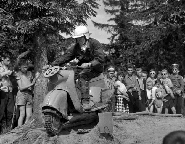 Zakopane, 27-29 lipca 1962 r. XX Rajd Tatrzański. Uczestnik zawodów na skuterze OSA /Tomasz Prażmowski/MSiT  /Agencja FORUM