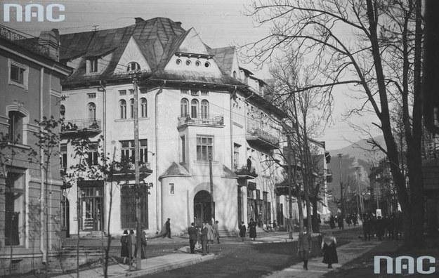 Zakopiańskie Krupówki w latach XX zeszłego stulecia /Z archiwum Narodowego Archiwum Cyfrowego